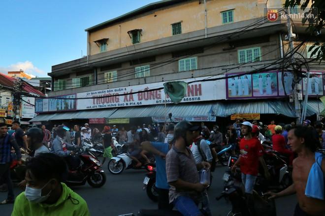 Đội quân cô hồn sống trèo tường, lao vào tranh cướp tiền cúng gây náo loạn đường phố Sài Gòn - Ảnh 1.