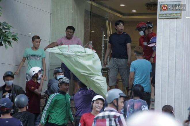 Đội quân cô hồn sống trèo tường, lao vào tranh cướp tiền cúng gây náo loạn đường phố Sài Gòn - Ảnh 10.