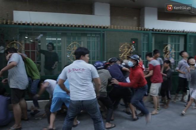 Đội quân cô hồn sống trèo tường, lao vào tranh cướp tiền cúng gây náo loạn đường phố Sài Gòn - Ảnh 12.