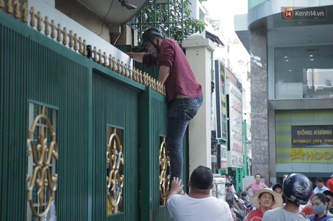 Đội quân cô hồn sống trèo tường, lao vào tranh cướp tiền cúng gây náo loạn đường phố Sài Gòn - Ảnh 11.