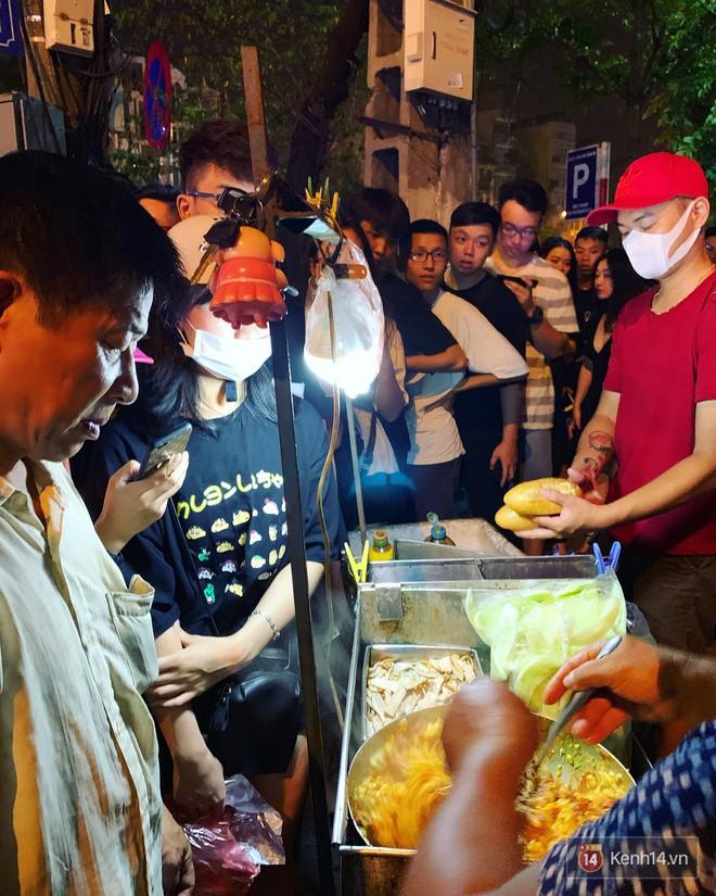 Hết hồn cảnh xếp hàng dài cả km lúc 3h sáng để chờ mua bánh mì dân tổ ở Hà Nội - Ảnh 7.