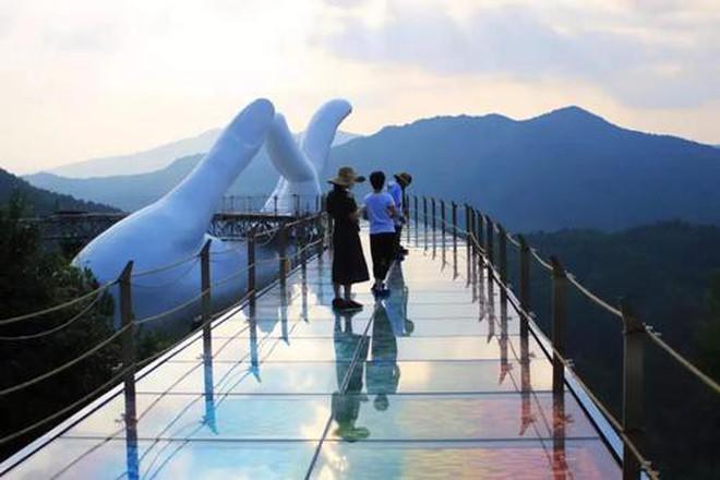 """Cầu Vàng """"kì quan"""" Đà Nẵng xuất hiện bản nhái ở Trung Quốc, nhưng """"rởm"""" hơn tỉ lần! - Ảnh 9."""