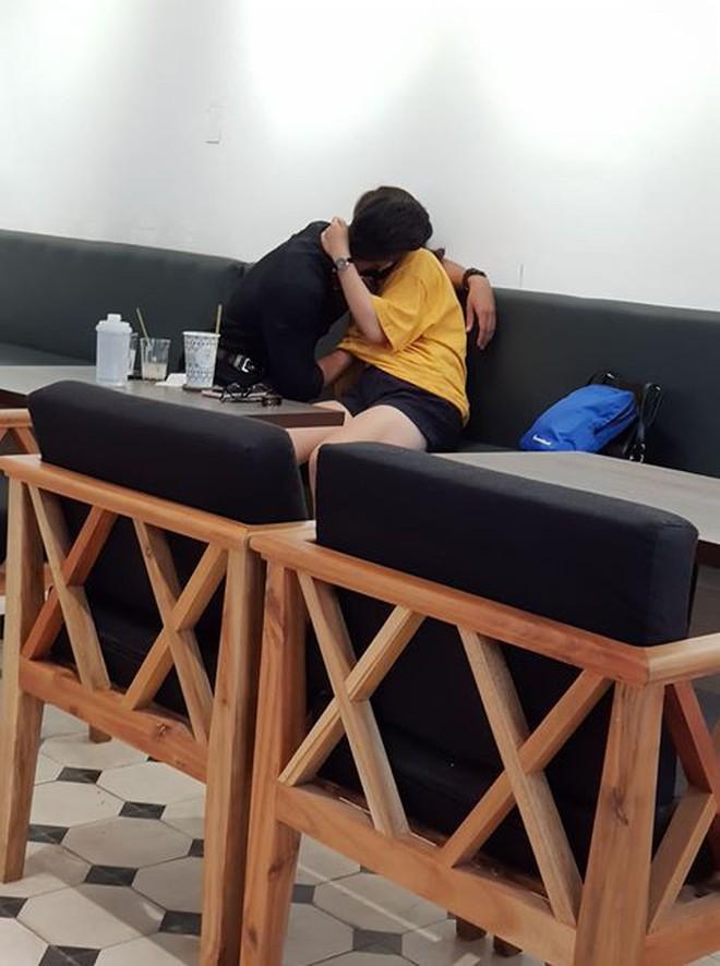 """""""Nóng mắt"""" cảnh nam thanh niên vô tư ôm hôn, thò tay mò mẫm dưới áo bạn gái ngay giữa quán cà phê ở Sài Gòn - Ảnh 2."""