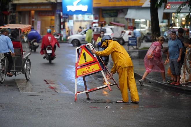Giữa ban ngày mà Hà Nội bỗng tối đen như mực, người dân phải bật đèn di chuyển trên đường - Ảnh 31.