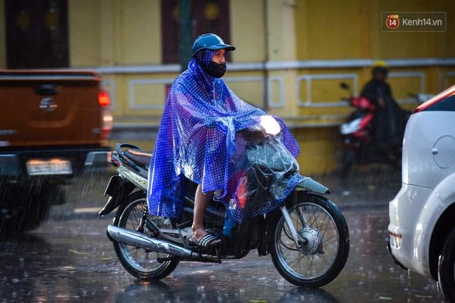 Giữa ban ngày mà Hà Nội bỗng tối đen như mực, người dân phải bật đèn di chuyển trên đường - Ảnh 22.