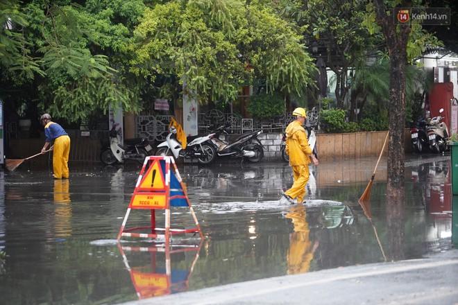 Giữa ban ngày mà Hà Nội bỗng tối đen như mực, người dân phải bật đèn di chuyển trên đường - Ảnh 29.