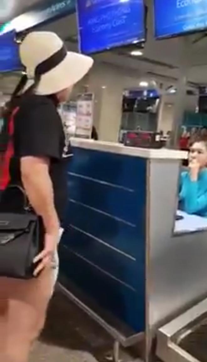 """Xôn xao clip nữ hành khách chửi bới, xúc phạm nhân viên Vietnam Airlines: """"Một ngày tôi phải chạy 5 triệu Facebook cho con này ế chồng"""" - Ảnh 1."""