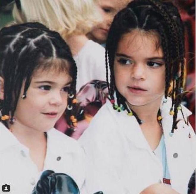 """Xuýt xoa nhan sắc thật của sao Hollywood trong ảnh thuở bé: Chị em Kylie đáng yêu nhưng """"góa phụ đen"""" mới ấn tượng - Ảnh 6."""