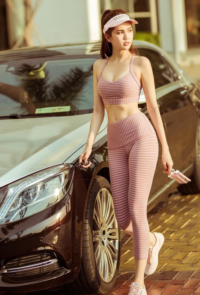 """Ngọc Trinh gặp """"tai nạn"""" với giày cao gót khi đang khoe thần thái xuống xe sang chảnh, nàng công sở nên nhìn để tránh ngay - Ảnh 1."""