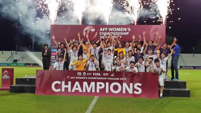 Đội trưởng cởi áo ăn mừng và nhận thẻ đỏ trong ngày tuyển nữ Việt Nam đánh bại Thái Lan, đoạt ngôi vô địch Đông Nam Á - Ảnh 7.