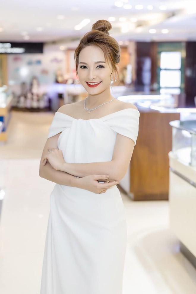 So kè style 3 nàng ngọc nữ 1990 của điện ảnh Việt: Người chăm diện đồ trễ nải, người thích diện đồ xì-tin hack tuổi - Ảnh 13.