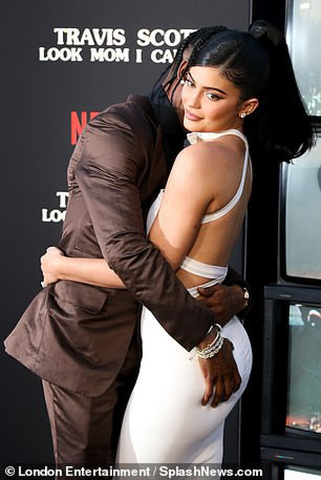 Kylie Jenner lần đầu tiên đưa con gái đi dự thảm đỏ, biểu cảm của bé Stormie đặc biệt gây chú ý - Ảnh 6.