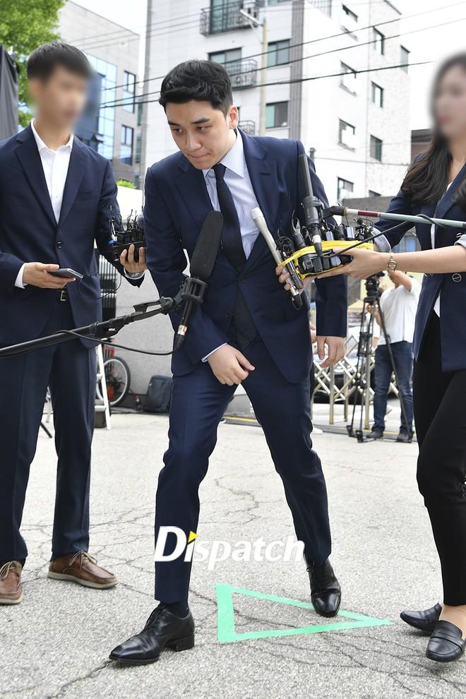 Sau 2 tháng, Seungri chính thức trình diện cảnh sát vì cáo buộc thứ 8: Cúi đầu xin lỗi, biểu cảm và sắc mặt gây chú ý - Ảnh 1.