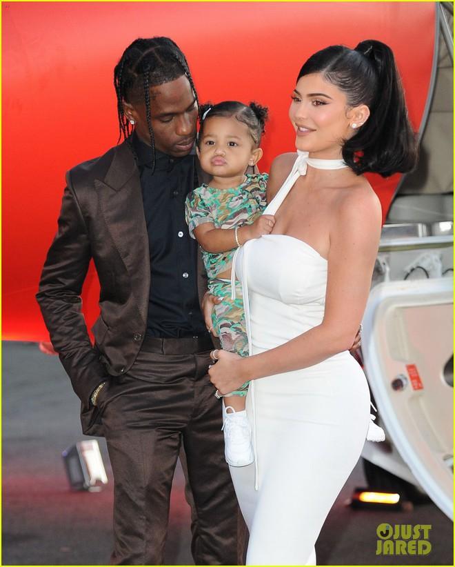 Kylie Jenner lần đầu tiên đưa con gái đi dự thảm đỏ, biểu cảm của bé Stormie đặc biệt gây chú ý - Ảnh 2.