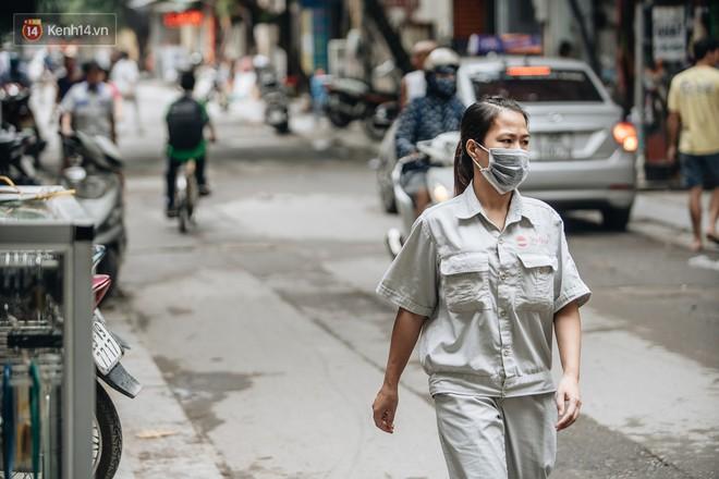 Cuộc sống xung quanh nhà kho Rạng Đông sau vụ cháy: Người lớn cay mắt và khó thở, trẻ nhỏ được sơ tán - Ảnh 6.