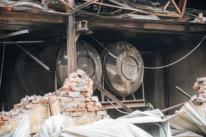 Cuộc sống xung quanh nhà kho Rạng Đông sau vụ cháy: Người lớn cay mắt và khó thở, trẻ nhỏ được sơ tán - Ảnh 2.