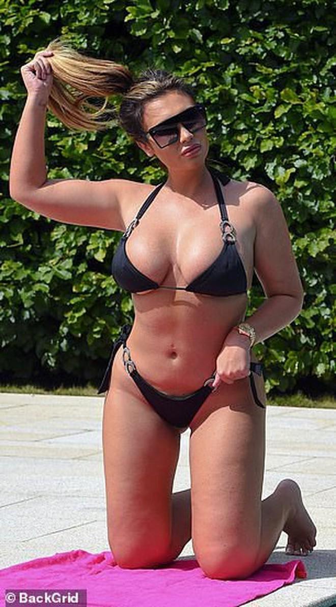 """""""Kim Kardashian nước Anh"""" gây sốc với vòng 1 cực đại, thân hình ngồn ngộn đến bản gốc cũng xin chào thua - Ảnh 7."""