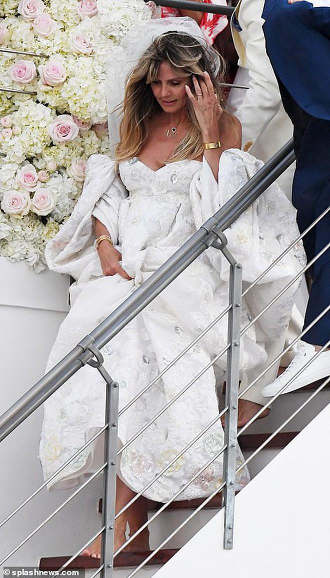 """2 đám cưới hot nhất làng mẫu: Siêu mẫu Heidi Klum tổ chức trên du thuyền xa hoa, thiên thần """"Victoria's Secret"""" kết hôn đồng tính giản dị - Ảnh 1."""