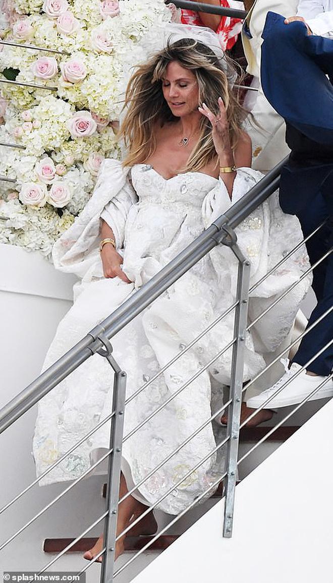 """2 đám cưới hot nhất làng mẫu: Siêu mẫu Heidi Klum tổ chức trên du thuyền xa hoa, thiên thần """"Victoria's Secret"""" kết hôn đồng tính giản dị - Ảnh 2."""