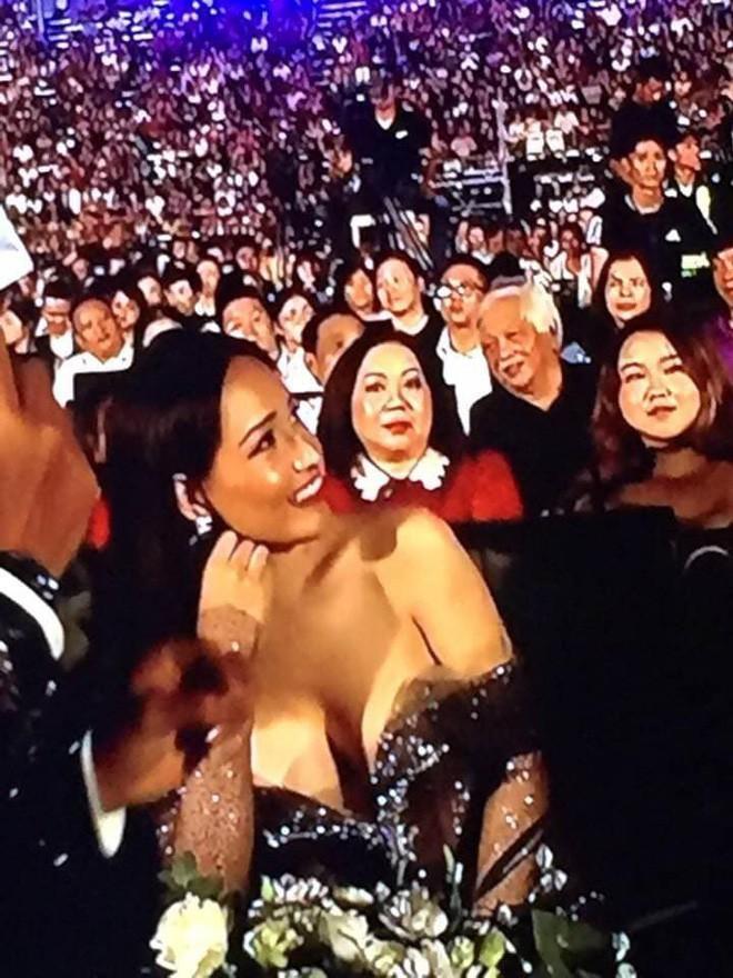 """Mai Phương Thúy bị chỉ trích vì diện váy hớ hênh, vòng một muốn trào ra ngoài trên sóng trực tiếp """"Miss World Việt Nam 2019"""" - Ảnh 2."""