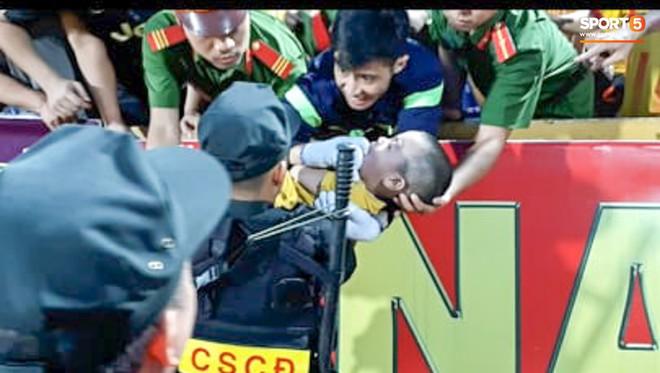 Khoảnh khắc xúc động mạnh: Fan nhí co giật ở trận Nam Định - HAGL, chiến sĩ cảnh sát nén đau để em bé cắn vào tay giữ tính mạng - Ảnh 3.