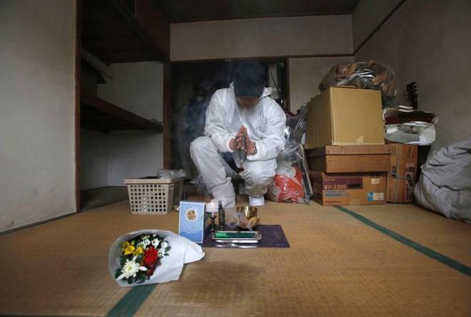 Nỗi sợ bao trùm người già ở Nhật Bản: Những cái chết cô đơn không ai biết, thi thể nằm đó bốc mùi chẳng ai hay - Ảnh 6.