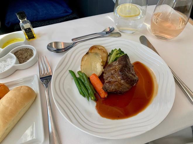 Muốn biết hạng thương gia sang chảnh hơn ghế thường ra sao, cứ nhìn bữa ăn của 19 hãng bay nổi tiếng này sẽ rõ! - Ảnh 21.