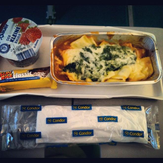 Muốn biết hạng thương gia sang chảnh hơn ghế thường ra sao, cứ nhìn bữa ăn của 19 hãng bay nổi tiếng này sẽ rõ! - Ảnh 29.