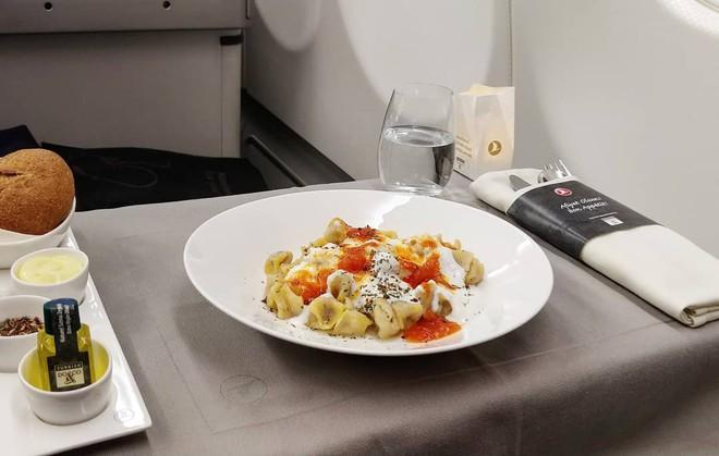 Muốn biết hạng thương gia sang chảnh hơn ghế thường ra sao, cứ nhìn bữa ăn của 19 hãng bay nổi tiếng này sẽ rõ! - Ảnh 17.