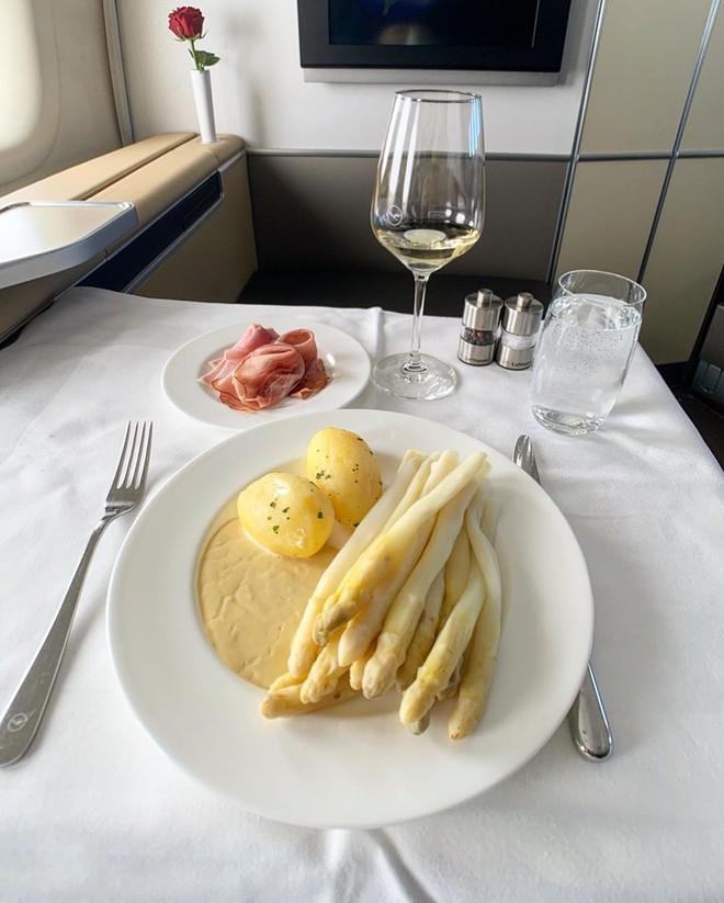 Muốn biết hạng thương gia sang chảnh hơn ghế thường ra sao, cứ nhìn bữa ăn của 19 hãng bay nổi tiếng này sẽ rõ! - Ảnh 14.
