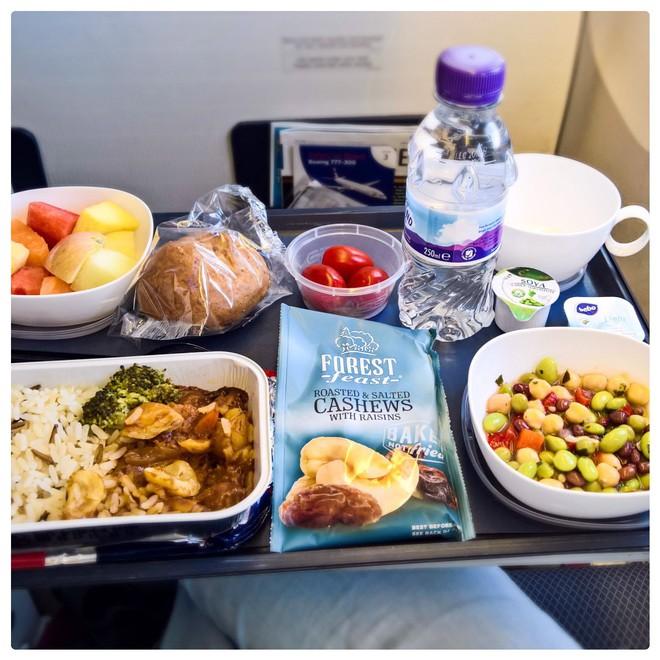 Muốn biết hạng thương gia sang chảnh hơn ghế thường ra sao, cứ nhìn bữa ăn của 19 hãng bay nổi tiếng này sẽ rõ! - Ảnh 4.