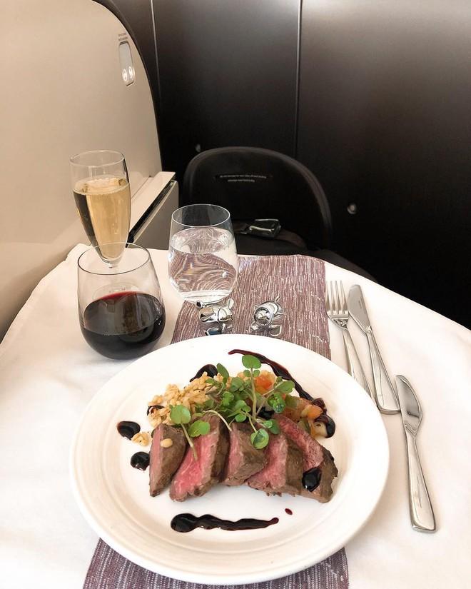 Muốn biết hạng thương gia sang chảnh hơn ghế thường ra sao, cứ nhìn bữa ăn của 19 hãng bay nổi tiếng này sẽ rõ! - Ảnh 26.