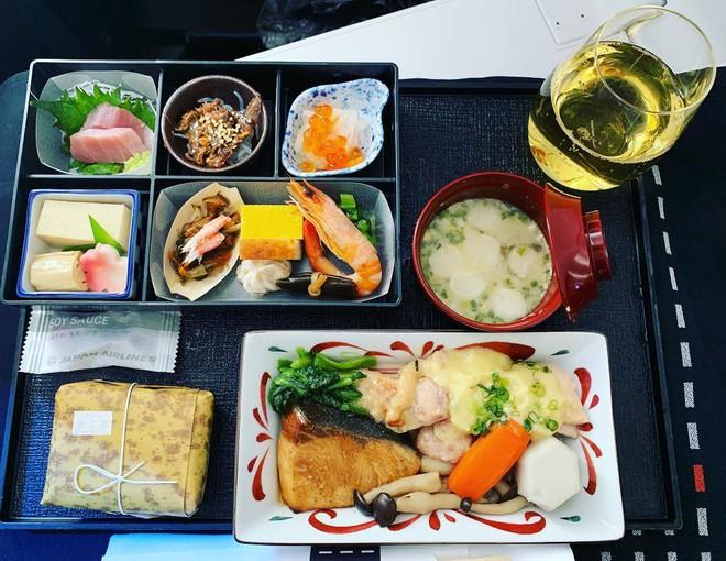 Muốn biết hạng thương gia sang chảnh hơn ghế thường ra sao, cứ nhìn bữa ăn của 19 hãng bay nổi tiếng này sẽ rõ! - Ảnh 7.