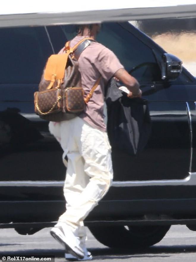 Bắt gặp Kylie Jenner mang cả váy cưới lên phi cơ riêng, phải chăng một đám cưới thế kỷ chuẩn bị diễn ra? - Ảnh 3.