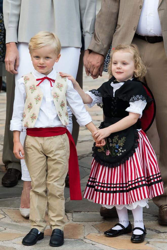 Phong cách thường thấy của những cậu ấm cô chiêu Hoàng gia châu Âu có gì đặc biệt? - Ảnh 10.
