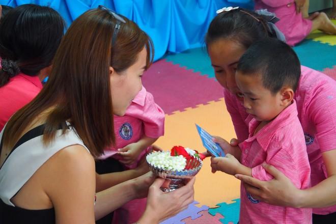 Khi Hoa hậu đội vương miện quỳ lạy cha mẹ: Lòng hiếu thảo của một người con và nét đẹp văn hóa tại đất nước Thái Lan - Ảnh 5.