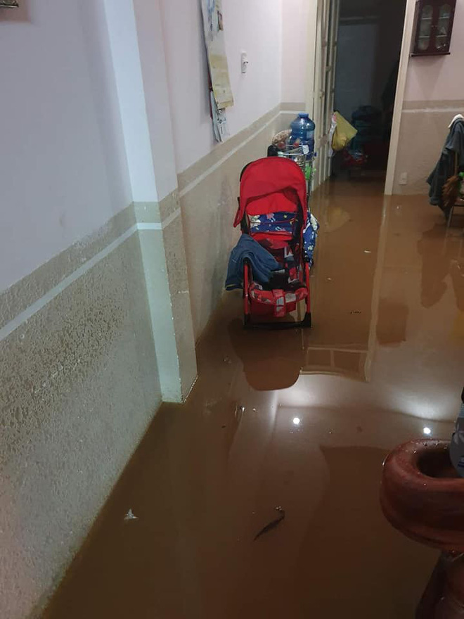 Đà Lạt ngập chưa từng thấy sau trận mưa lớn kéo dài, nhiều ô tô chìm trong biển nước - Ảnh 3.