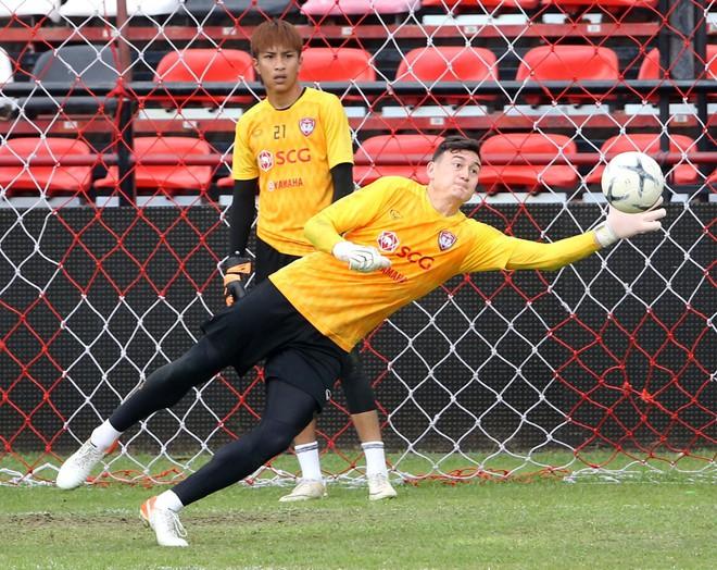 Văn Lâm tập cùng 6 thủ môn khác ở Muangthong United, thần thái tập trung giữa loạt tin đồn - ảnh 1