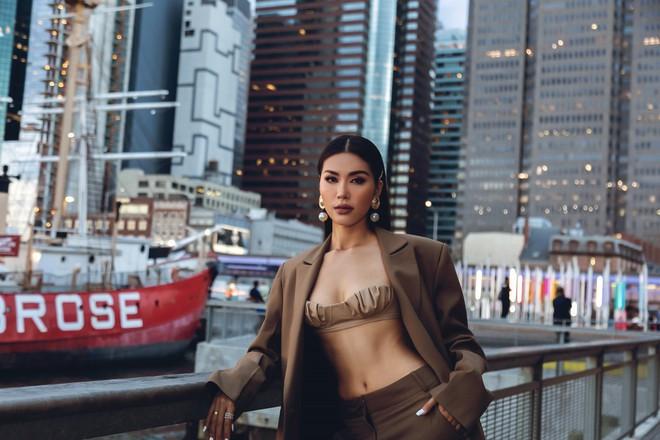 Minh Tú diện áo bé xíu khoe triệt để vòng một và cơ bụng nóng bỏng, tự tin sải bước tại kinh đô thời trang New York - Ảnh 3.