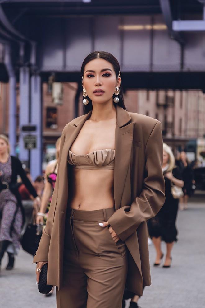 Minh Tú diện áo bé xíu khoe triệt để vòng một và cơ bụng nóng bỏng, tự tin sải bước tại kinh đô thời trang New York - Ảnh 8.