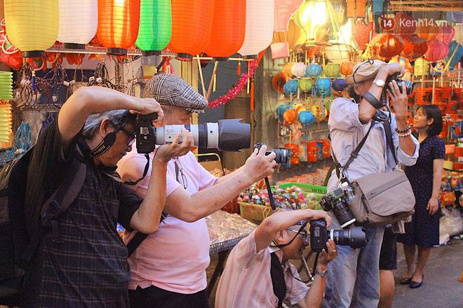 """""""Hoảng hồn"""" khi ghé thăm phố lồng đèn Sài Gòn đêm Trung Thu: Đông đúc, nóng bức và hàng loạt hiểm nguy rình rập - Ảnh 4."""