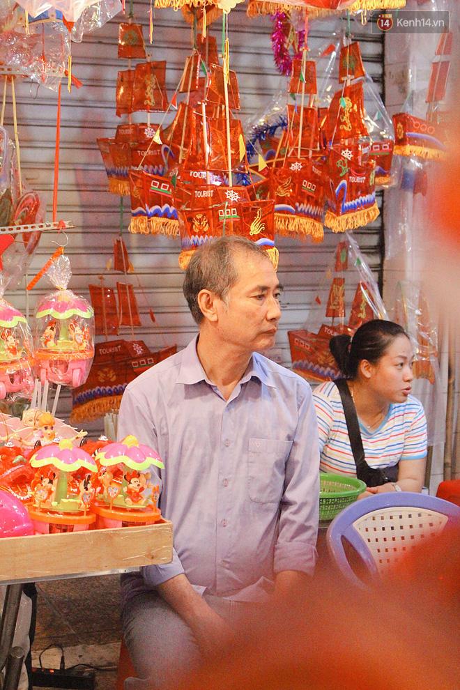 """""""Hoảng hồn"""" khi ghé thăm phố lồng đèn Sài Gòn đêm Trung Thu: Đông đúc, nóng bức và hàng loạt hiểm nguy rình rập - Ảnh 3."""