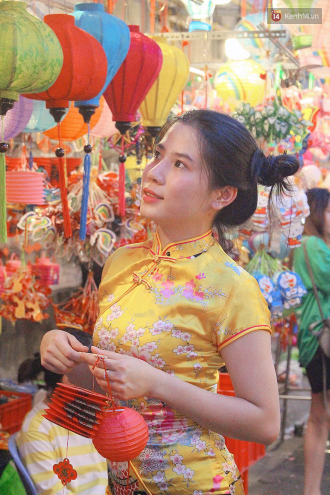 """""""Hoảng hồn"""" khi ghé thăm phố lồng đèn Sài Gòn đêm Trung Thu: Đông đúc, nóng bức và hàng loạt hiểm nguy rình rập - Ảnh 5."""