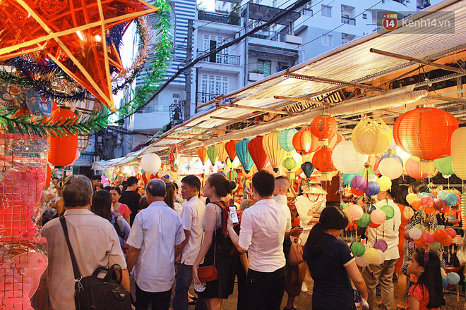 """""""Hoảng hồn"""" khi ghé thăm phố lồng đèn Sài Gòn đêm Trung Thu: Đông đúc, nóng bức và hàng loạt hiểm nguy rình rập - Ảnh 2."""