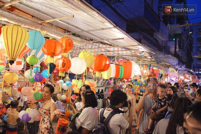 """""""Hoảng hồn"""" khi ghé thăm phố lồng đèn Sài Gòn đêm Trung Thu: Đông đúc, nóng bức và hàng loạt hiểm nguy rình rập - Ảnh 8."""
