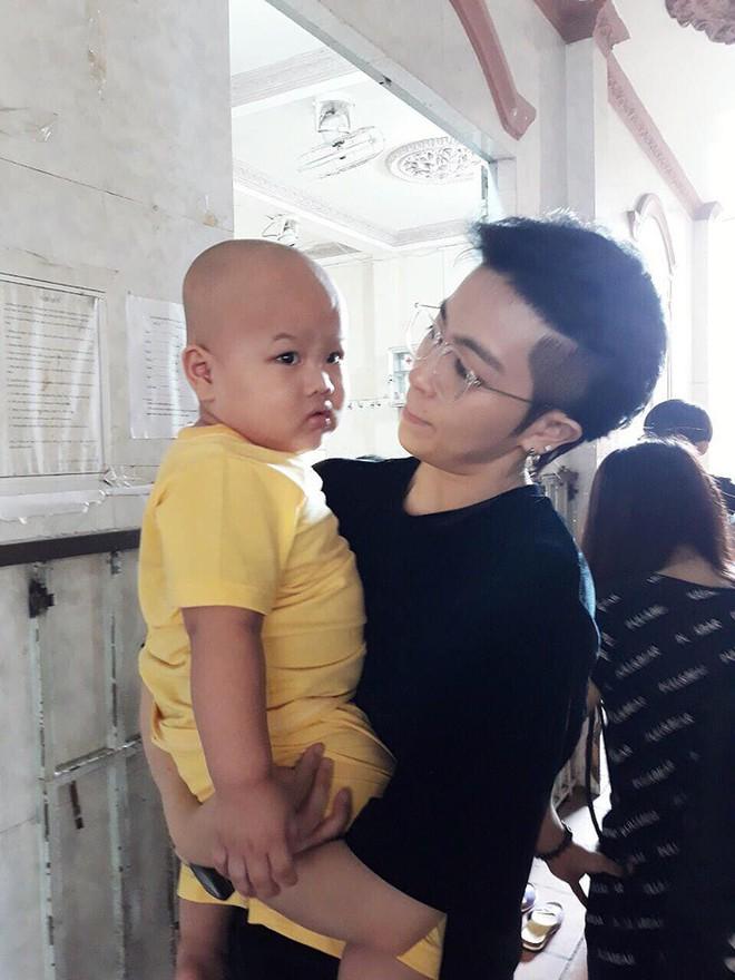 Gil Lê lần đầu xuất hiện sau nghi vấn hẹn hò Hoàng Thùy Linh, lộ biểu cảm gây chú ý - Ảnh 1.