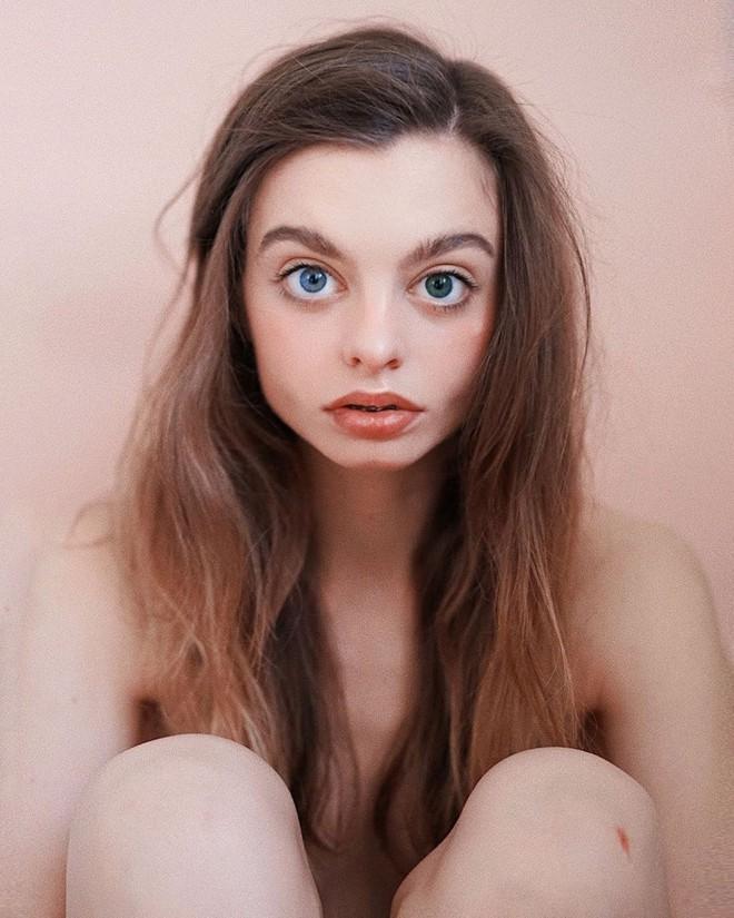 Hot Instagramer nổi tiếng vì đôi mắt siêu to tròn khiến dân mạng tranh cãi kịch liệt: Mắt tự nhiên hay là sự nhiệm màu của photoshop? - Ảnh 1.