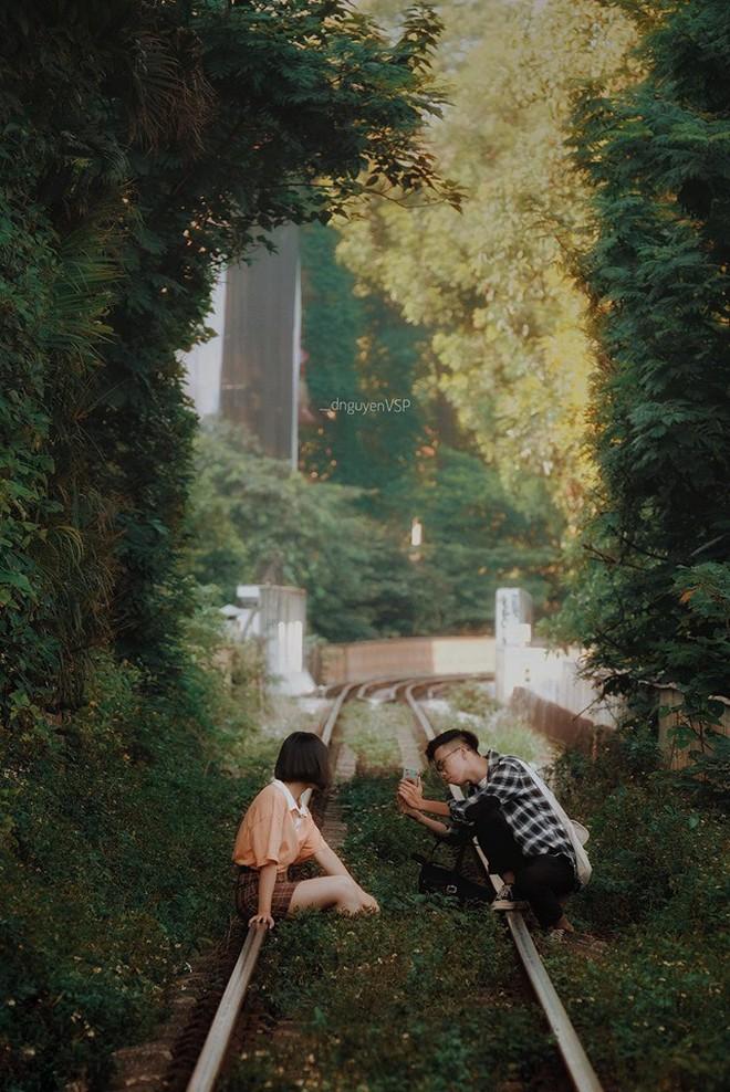 """Giới trẻ Hà Nội """"phát sốt"""" với đoạn đường tàu xanh mướt lên ảnh đẹp lung linh nhưng thực tế thì hết hồn, cảnh báo nguy hiểm bởi tàu đi qua liên tục - Ảnh 2."""