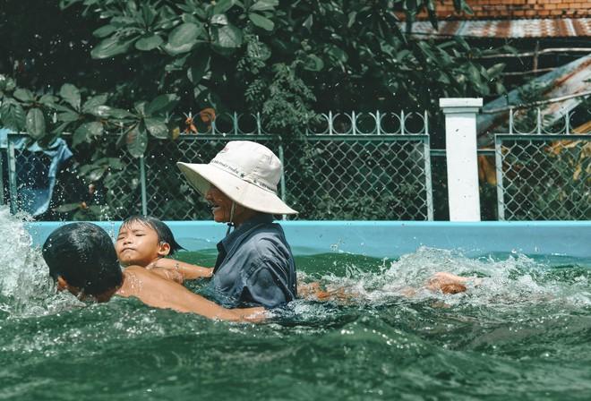 Bà Sáu Thia, người 17 năm dạy bơi miễn phí cho hàng ngàn trẻ em vùng sông nước - Ảnh 7.