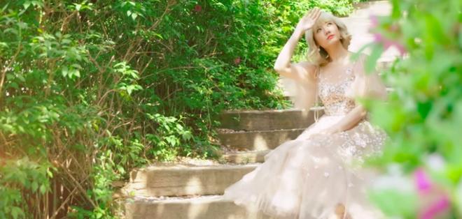 Hari Won đội tóc giả, hoá công chúa đi lang thang trong MV mới, đặc biệt là phát âm tiếng Việt cực chuẩn - Ảnh 2.
